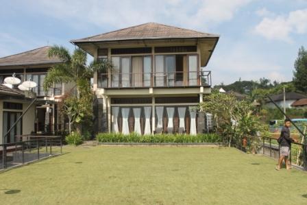 Villa Agung Di Kampung Daun